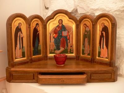 Высокий иконостас, которого не знала церковь византийская, послужил не столько зримому отображению основных событий...